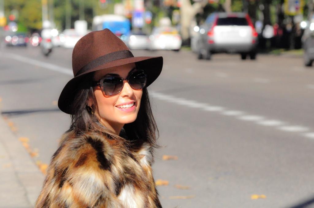 Street Style Trends: Faux Fur Coat / Tendencias de Otoño: Abrigo de Pelo